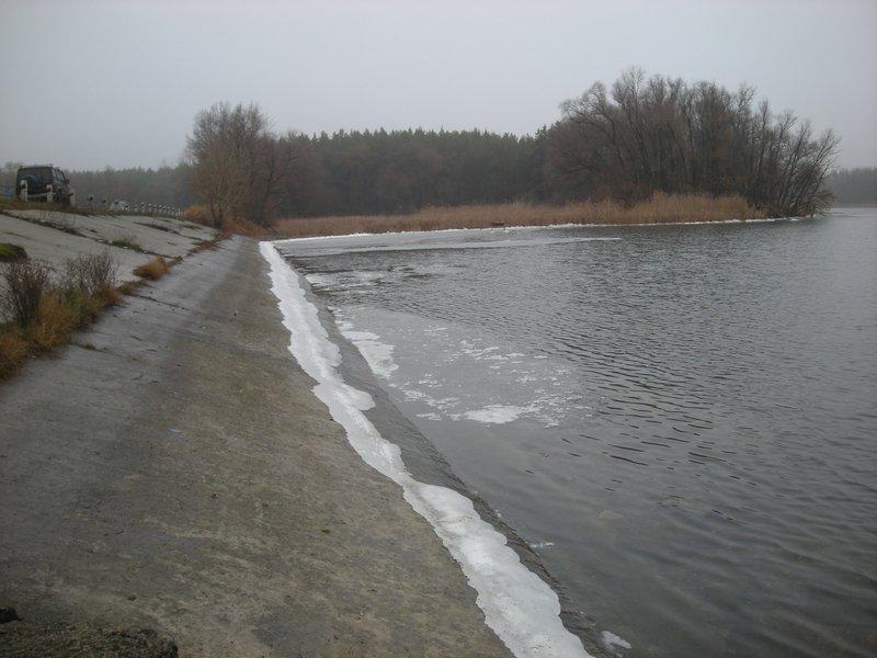 Заливы Печенежского водохранилища покрыты льдом