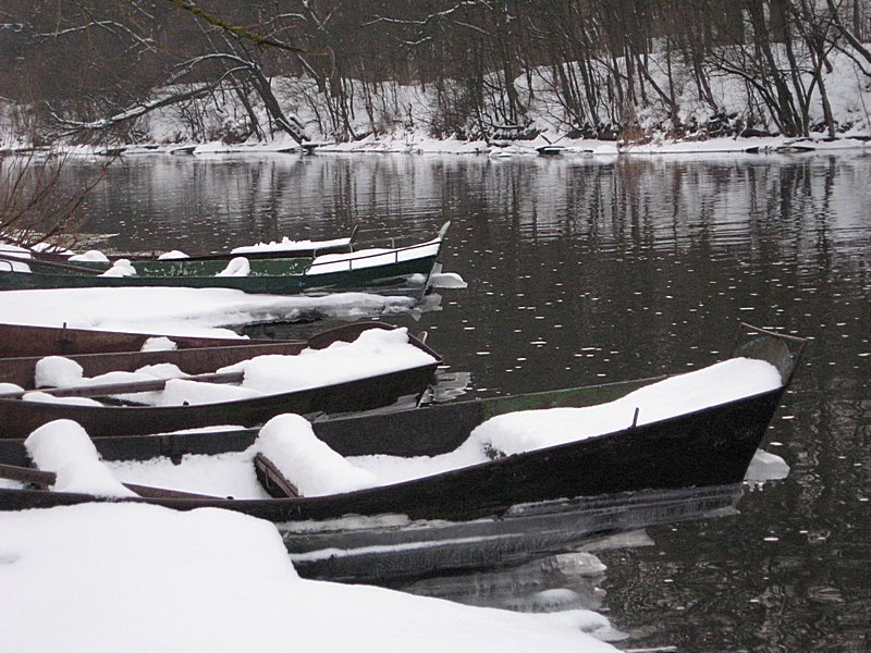 Лодки вмёрзли в берег и после падения уровня воды висят в воздухе