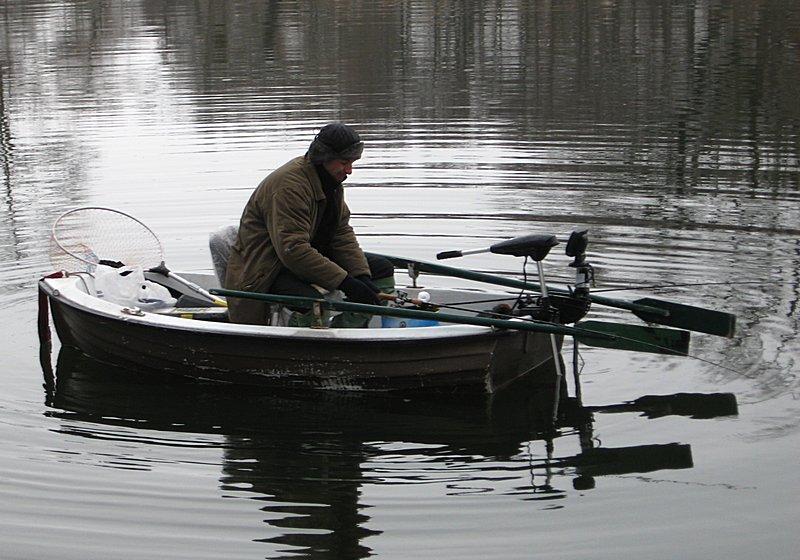 Лодку на рыбалке тяжело было спускать на воду из-за закраин