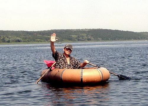 Спиннингист в лодке